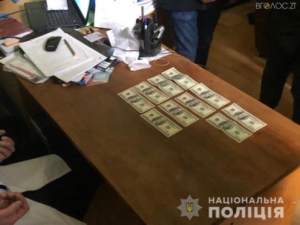 Викритому у хабарництві лікарю військового госпіталю у Житомирі загрожує до 8 років позбавлення волі