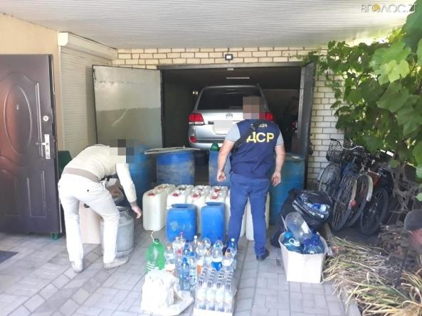 На Житомирщині вилучили майже одну тисячу літрів етилового спирту, призначеного для виготовлення фальсифікату