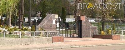 На Смолянському кладовищі невідомі вкрали мармурові скульптури з могил військових