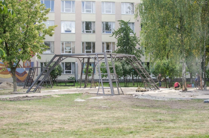 У Житомирі почали встановлювати «Ейфелеву вежу у вишиванці» (ФОТО)