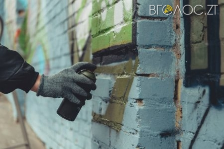 Вночі невідомі залишили лайливі написи на стінах приймальні нардепа у Новограді. Вже вдруге