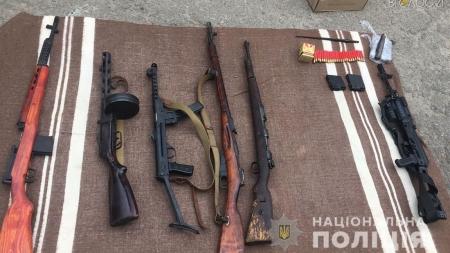 Нелегальний бізнес: у Житомирі поліція викрила групу продавців зброї
