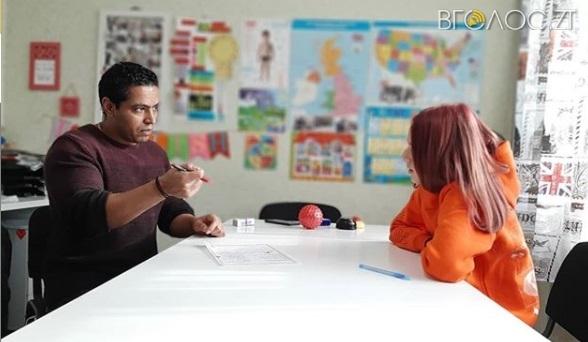 У Житомирі працює унікальний клас англійської мови, де дітей та дорослих навчає іноземець