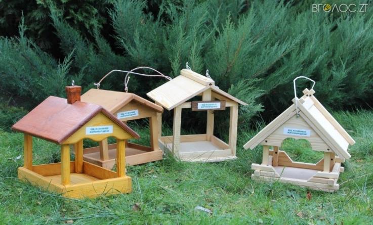 Лісівники Житомирщини для птахів столиці відправили сотню годівниць