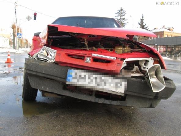 """У Бердичеві маршрутне """"таксі"""" зіштовхнулося з ВАЗівкою. Постраждала жінка"""