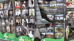 На Михайлівській камери зафіксували як двоє молодиків пошкодили банери Пластового центру