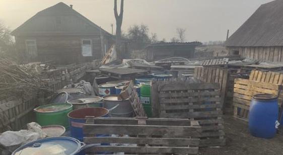 Шкода на мільйон: житомирянин виливав біля будинку отруйні хімікати і продавав з-під них бочки