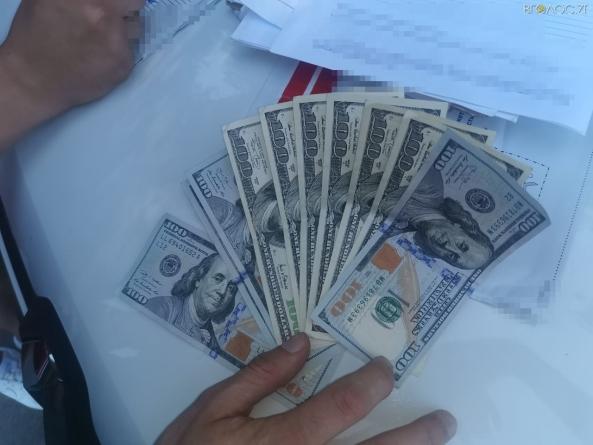 На Житомирщині іноземець пропонував посадовцю СБУ 2000$