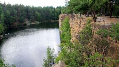 У Коростишеві з п'ятиметрової висоти кар'єру на каміння впав відпочивальник. Чоловік загинув на місці