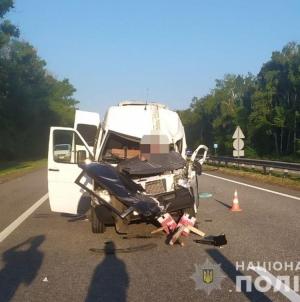 Зранку під Житомиром у ДТП потрапили вантажівка та мікроавтобус. Одного із водіїв затисло у салоні